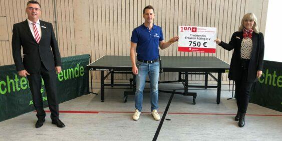 Christian Dietz nimmt die Spende von 750€ entgegen